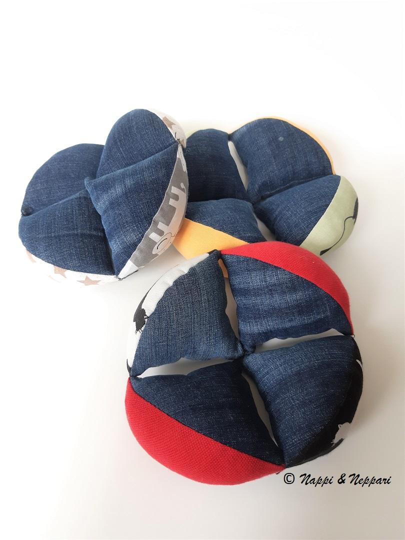 Pallon kolme osaa vierekkäin aseteltuna.