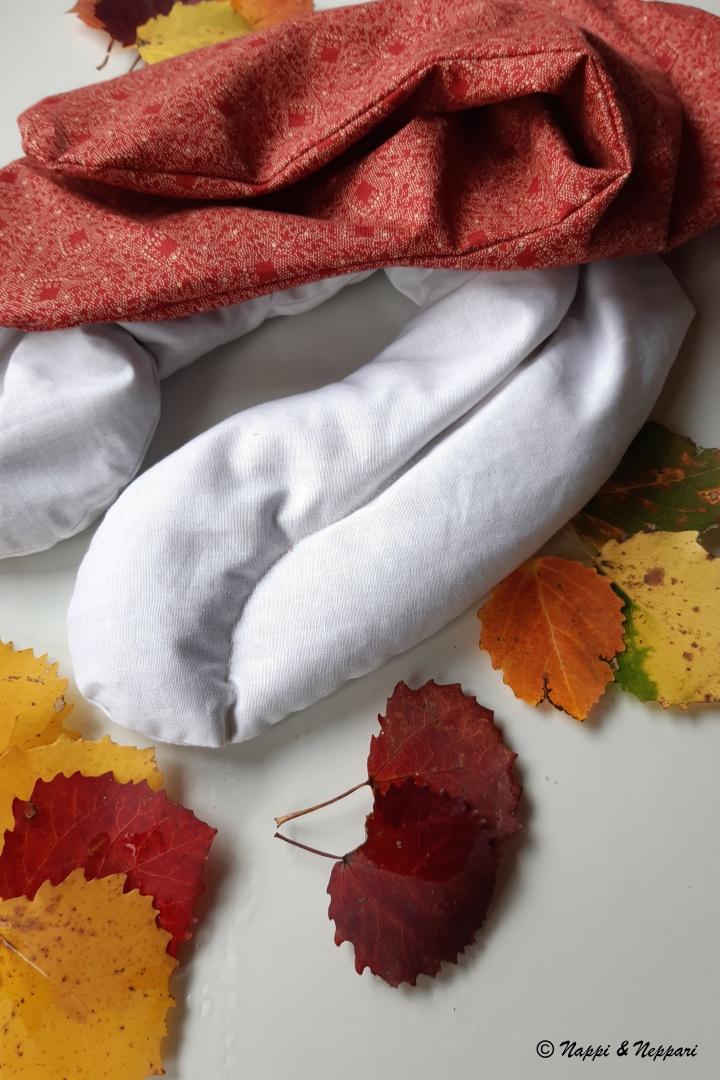 Jyvätyynyn päällinen ja sisäpussi erillään. Sisäpussiin on ommeltu keskelle pitkittäinen tikkaus, joka jakaa pussin sisältöä tasaisemmin.